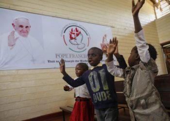 Attesa per la visita di papa Francesco in una scuola cattolica a Nairobi, Kenya