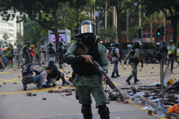 Proteste a Hong Kong e polizia in assetto anti sommossa