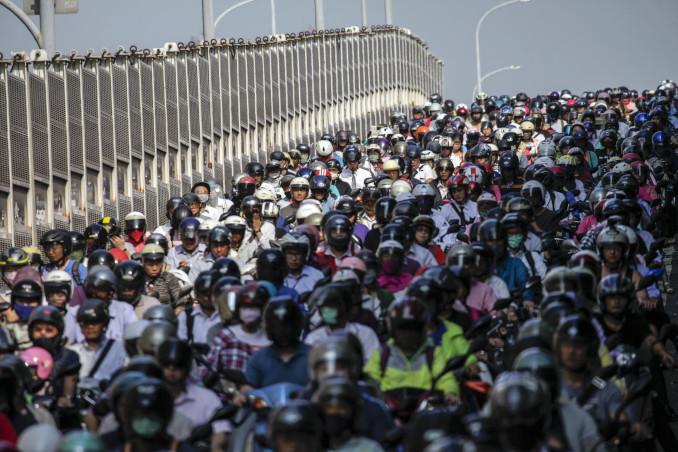 Folla di persone e motorini a Taipei