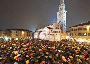 Sardine in piazza contro Salvini a Modena