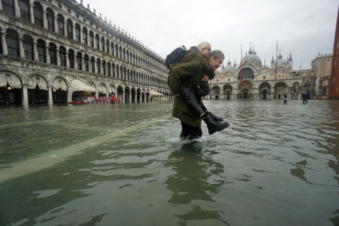 Piazza San Marco a Venezia inondata dall'acqua alta