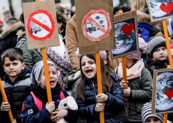 epa07470290 Children take part in a 'Fridays for Future' demonstration against climate change in Berlin, Germany, 29 March 2019. Students across the world are taking part in a strike movement called #FridayForFuture which takes place every Friday. The movement was sparked by Greta Thunberg of Sweden, a sixteen year old climate activist, who has been protesting for climate action and the implementation of the Paris Agreement outside the Swedish parliament every Friday since August 2018.  EPA/FELIPE TRUEBA
