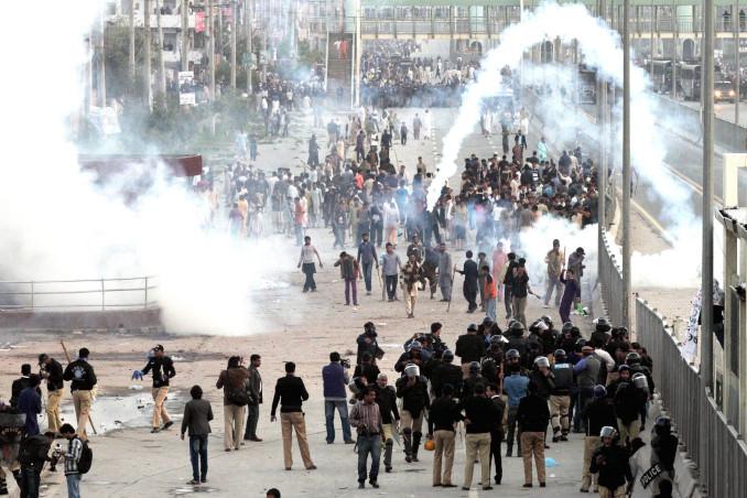 Protesta dei cristiani in Pakistan dopo duplice attentato dei talebani contro due chiese