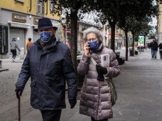 Persone a passeggio per Milano con mascherine anti-coronavirus