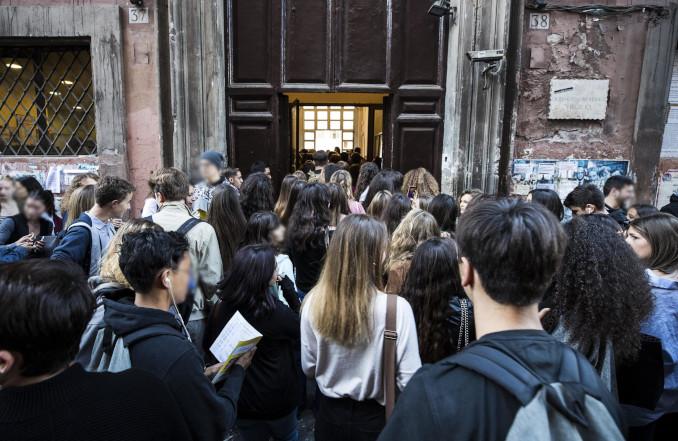 Studenti all'ingresso di scuola