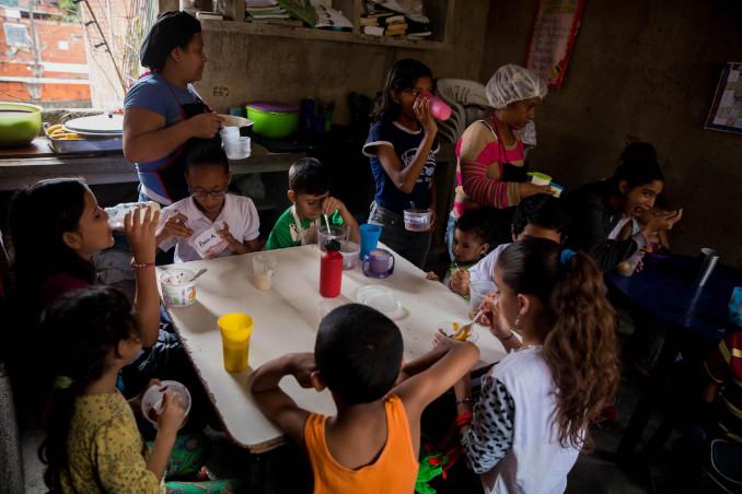 Una famiglia intorno a una tavola mezza vuota in Venezuela