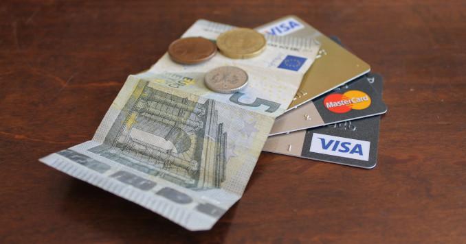 Euro in contanti e carte di credito