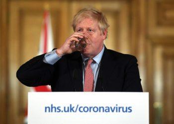 Boris Johnson alla conferenza stampa sul coronavirus
