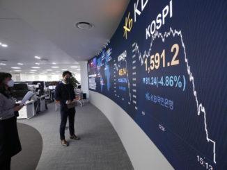 Operatori di Borsa osservano il calo dei mercati a seguito dell'emergenza coronavirus
