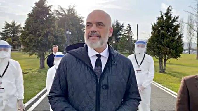 Edi Rama con i medici albanesi in partenza per l'Italia in emergenza coronavirus