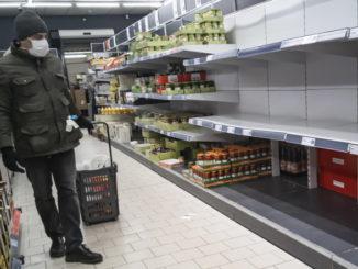 Scaffali vuoti al supermercato in Francia per il panico del coronavirus