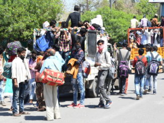 Lavoratori in fuga dall'Uttar Pradesh, India, dopo le misure contro il coronavirus