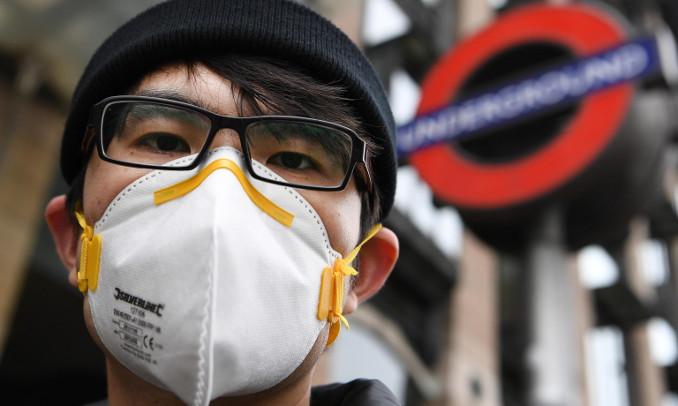 Coronavirus, mascherina a Londra