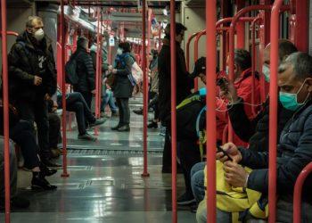 La metropolitana di Milano piena di passeggeri durante l'emergenza coronavirus