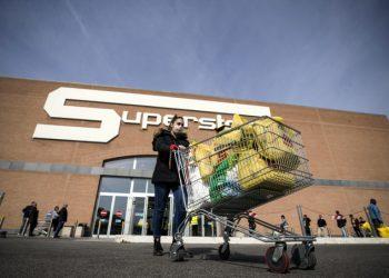 Spesa al supermercato con la mascherina contro il coronavirus