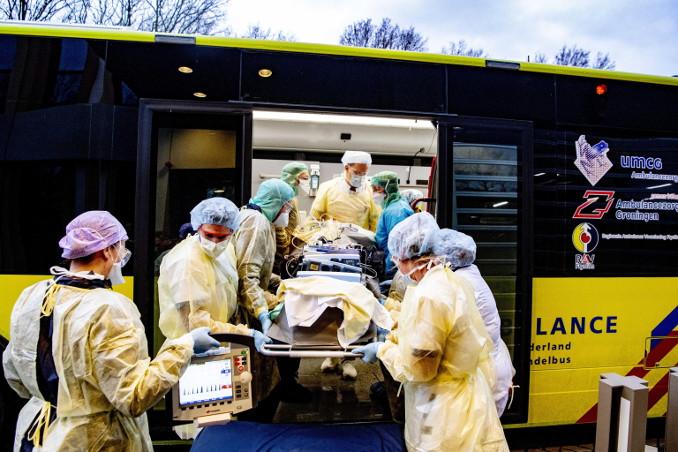 Trasferimento in terapia intensiva di un malato di coronavirus in Olanda