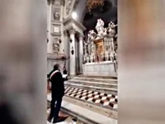 Il sindaco di Venezia Luigi Brugnaro in preghiera davanti alla Madonna contro il coronavirus