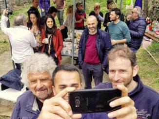 Selfie di Luigi Di Maio tra Beppe Grillo e Davide Casaleggio