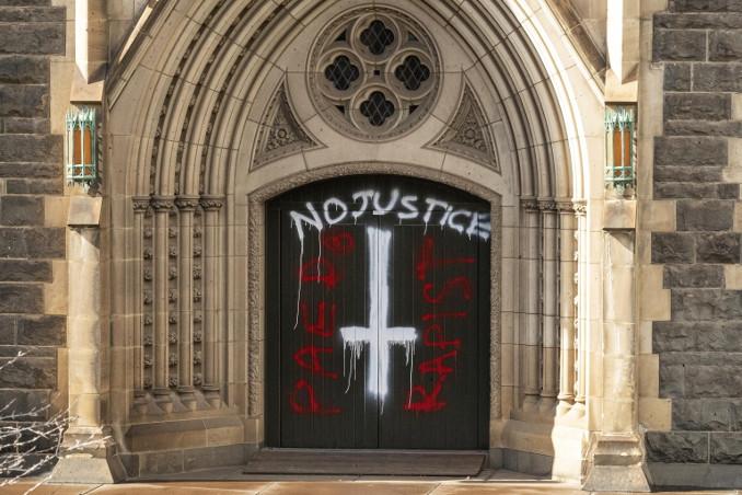 Insulti sul portale della cattedrale di Melbourne in seguito all'assoluzione del cardinale George Pell dall'accusa di abusi sessuali su minore