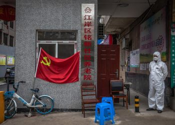Bandiera del partito comunista esposta a Wuhan, Cina, durante l'emergenza coronavirus
