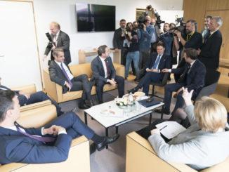 Giuseppe Conte insieme agli altri primi ministri dell'Unione Europea