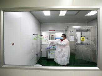 Ricercatore in laboratorio allo studio del coronavirus responsabile del Covid-19