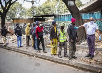 Fila per gli aiuti alimentari durante il lockdown contro il coronavirus a Johannesburg, Sudafrica
