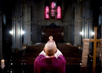 Un sacerdote celebra la Messa senza fedeli durante l'emergenza coronavirus in Spagna