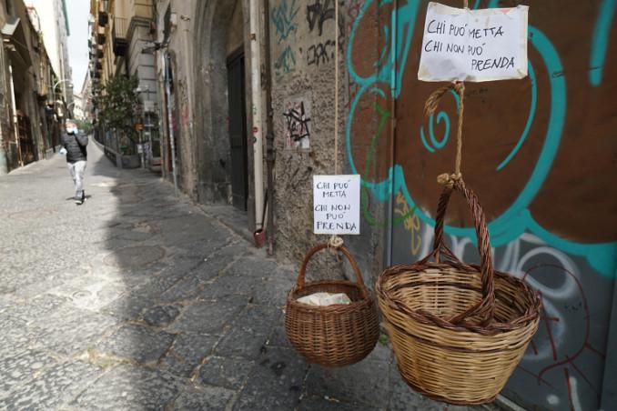 Panieri solidali appesi a un balcone di Napoli durante l'emergenza coronavirus
