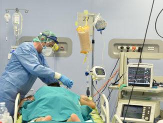 Cura di un paziente con Covid-19 in terapia intensiva a Torino