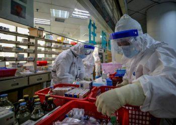 Medici all'opera contro il coronavirus in un ospedale a Wuhan, Cina