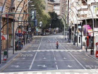 Un uomo su una strada quasi deserta a Murcia, Spagna, per l'emergenza coronavirus