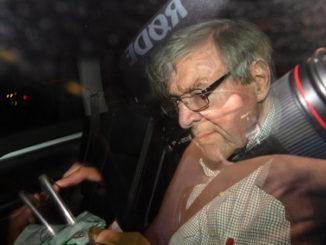 Il cardinale George Pell in auto dopo l'assoluzione e la liberazione dal carcere