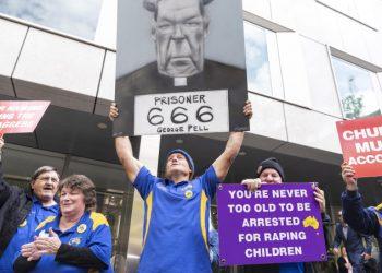 Folla con manifesti contro George Pell davanti al tribunale durante il processo per pedofilia