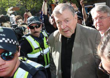 Il cardinale George Pell all'ingresso al tribunale di Melbourne durante il processo per abusi
