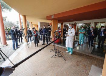 Giornalisti davanti a un ospedale