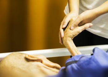 Anziano in cura in un hospice