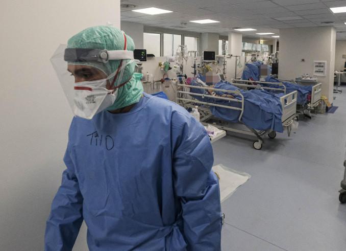 Un medico in un reparto per malati di coronavirus