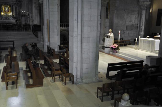 Monsignor Spina celebra Messa senza popolo ad Ancona durante l'emergenza coronavirus