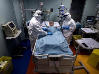 Paziende Covid assistito da medici in ospedale