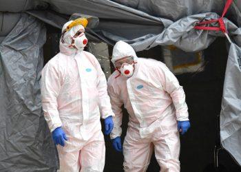 Medici con maschere, guanti e tuta di protezione contro il coronavirus