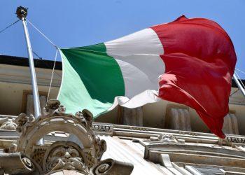 Bandiera italiana esposta a Palazzo Tursi a Genova per l'emergenza coronavirus