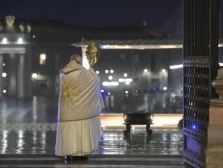 Papa Francesco durante la benedizione Urbi et Orbi straordinaria nell'emergenza coronavirus