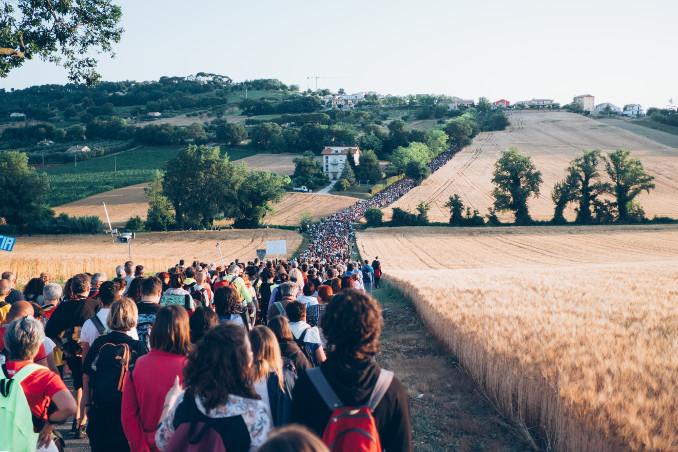 Pellegrini lungo il percorso della Macerata-Loreto