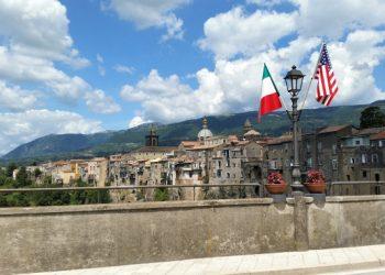 Bandiere Usa e Italia in un borgo italiano