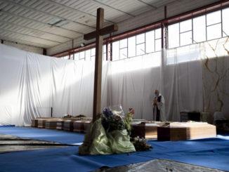 Benedizione delle salme dei morti di Covid-19 nella zona di Bergamo