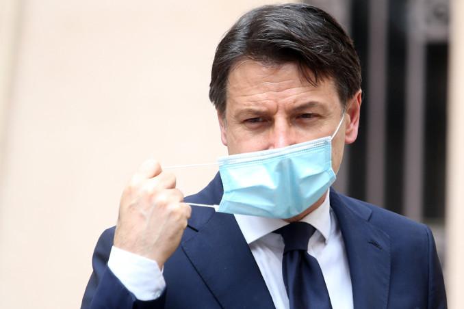 Giuseppe Conte con la mascherina