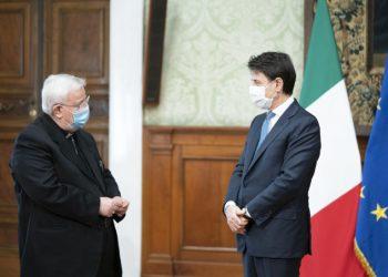 Il cardinale Gualtiero Bassetti con Giuseppe Conte