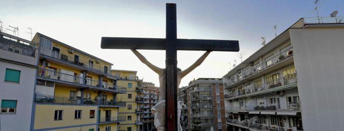 Messa di Pasqua sui tetti a Napoli durante l'emergenza coronavirus