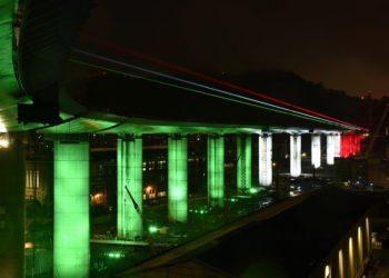 Il nuovo ponte di Genova, sorto sulle rovine del Morandi, illuminato con il tricolore